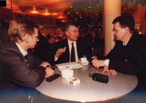 Autor Gerald Praschl (l.) und Journalistenkollege Carsten Seim (r.) mit Zoran Djindjic bei einem Treffen in Berlin im Herbst 1999