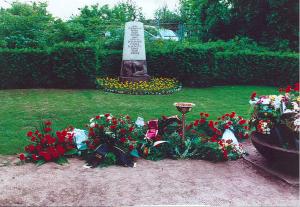 Das Grab von Erich Mielke am Tag der Beerdigung im Juni 2000. Es ist ein anonymes Urnengrab nahe der Friedhofshalle in Berlin Friedrichsfelde