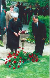 Stasi-General Gerhard Neiber, einer von Mielkes Stellvertretern, verneigt sich vor seinem Grab