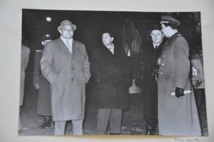 Stasi-Minister Erich Mielek (zweiter von rechts) in der Nacht des Mauerbaus 1961 im Einsatz. Ein Foto, das sich in den Archiven der Stasi-Unterlagenbehörde fand