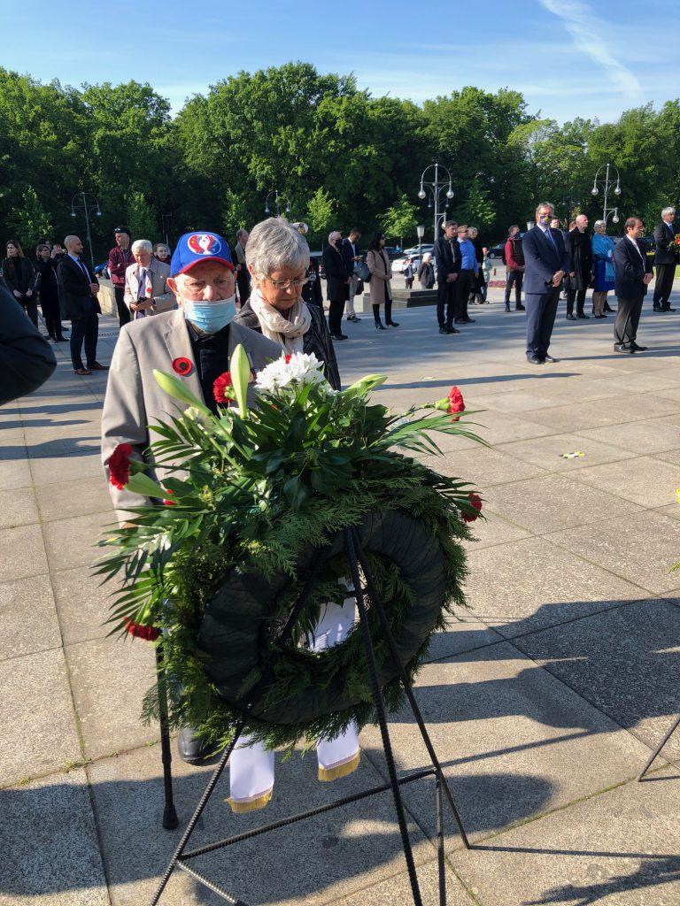 """Ein sowjetischer Kriegsveteran bei der Gedenkfeier der Botschaft der Ukraine zum """"Tag der Erinnerung und Versöhnung"""" am 8. Mai 2020 in Berlin"""